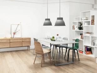 table chaises et luminaire de style scandinave