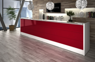large banque d'accueil blanche et rouge avec luminaires