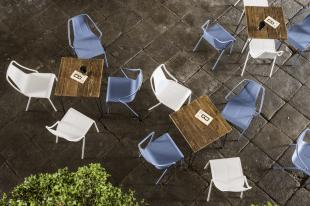 chaise design en acier laqué coloré bleu et blanc