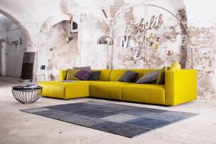 canapé jaune table et luminaire design contemporain