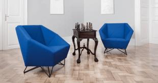 fauteuil bleu design et petite table de salon en bois