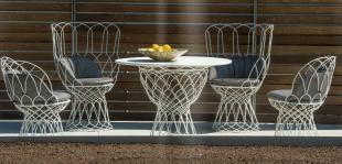 sièges lounge et table design assortis style romantique