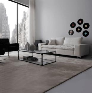 pièce d'ambiance contemporaine canapé table et tapis