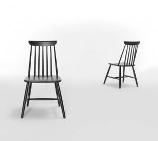 chaise en bois ou laquée de couleur noire