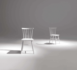 chaise en bois ou laquée couleur blanche