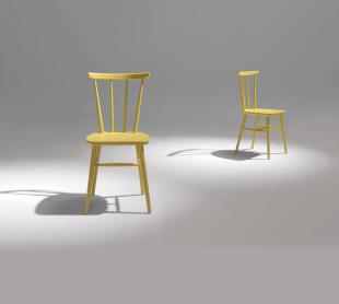 chaise en bois ou laquée de couleur jaune