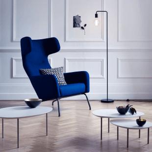 fauteuil bleu design table et luminaire contemporain