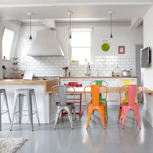 chaises colorées en acier style industriel