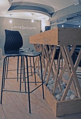 tabouret de bar design en acier et polypropylène