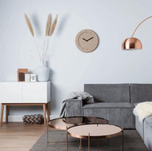 tables cuivrées et mobilier d'inspiration scandinave