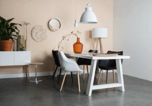 table chaises et luminaire blancs style scandinave
