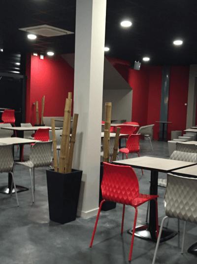 aménagement bowling chaises colorées en métal