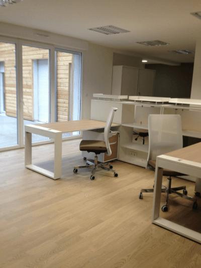 aménagement bureaux blanc épuré et bois clair