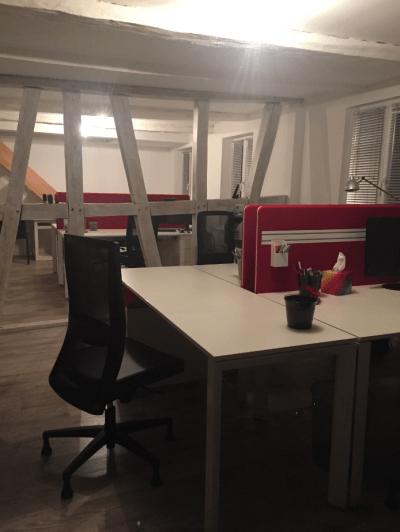 aménagement bureaux colorés et siège de bureau