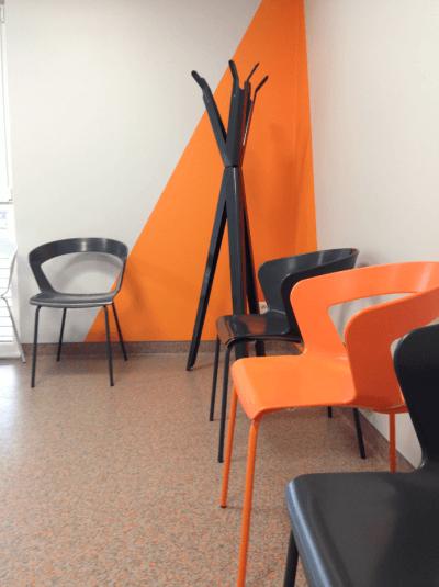 aménagement cabinet médical chaises oranges et noires