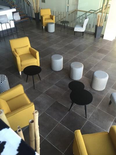 aménagement espace lounge design et coloré