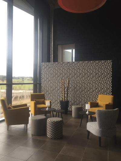 aménagement espace lounge mobilier jaune et rayé blanc