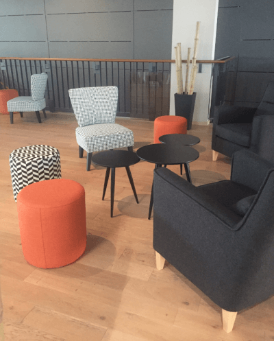 aménagement espace lounge poufs et fauteuils