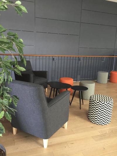 aménagement espace lounge ambiance cosy et moderne