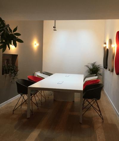 aménagement espace réunion mobilier design et coloré