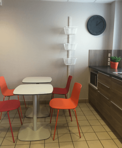 aménagement espace repas tables et chaises oranges