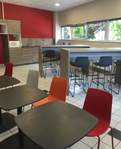 aménagement espace repas bar et tabourets design