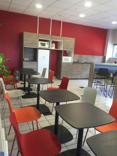 aménagement espace repas design industriel coloré