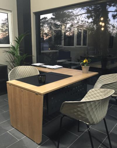 décoration bureau d'accueil bois clair et chaises design