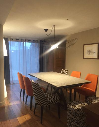 décoration d'appartement chaises oranges et rayées