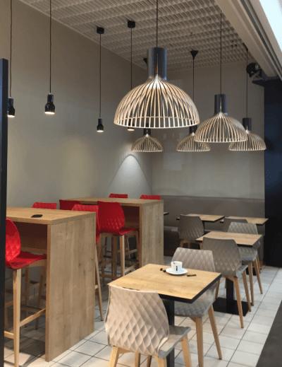 décoration de restaurant chaises hautes et chaises basses