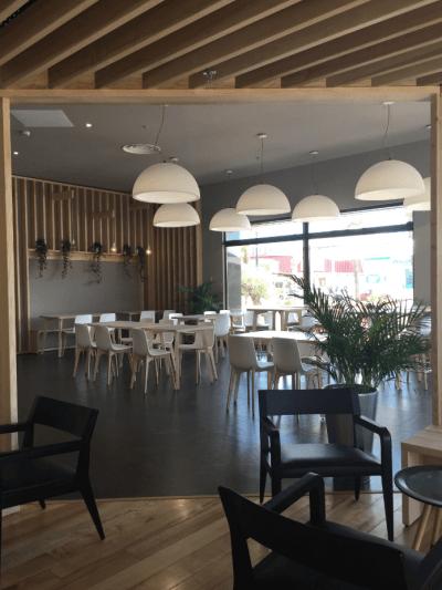 décoration de pizzeria tables chaises et luminaires