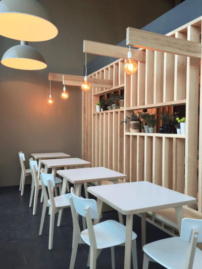 décoration de pizzeria ambiance épurée design blanc et bois
