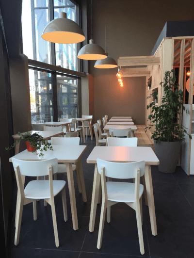décoration de pizzeria tables et chaises blanches