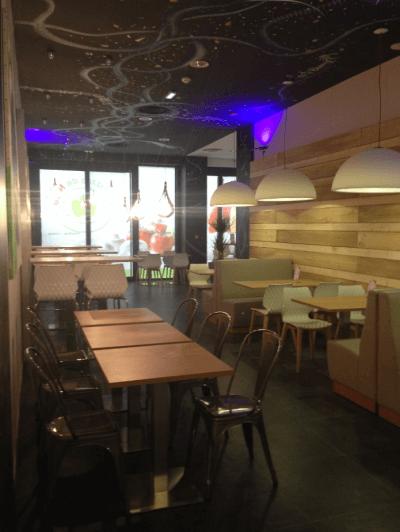 décoration de pizzeria chaises et tables en bois