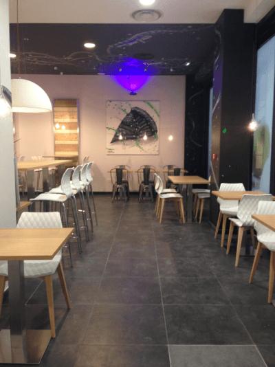 décoration de pizzeria ambiance épurée bois clair