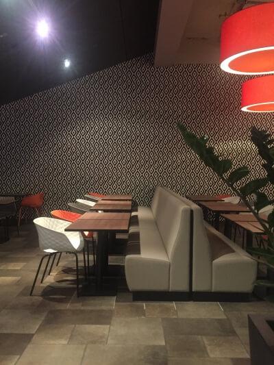 décoration de restaurant gris blanc et orange