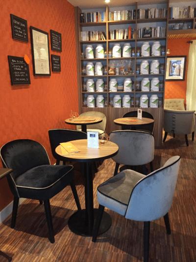 décoration salon de thé fauteuils et tables design