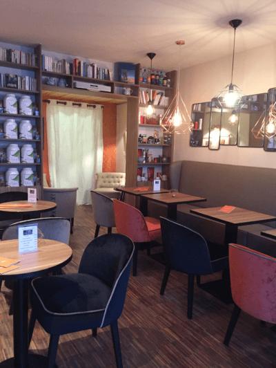 décoration salon de thé banquettes et fauteuils noirs et rouge