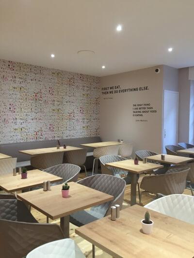 décoration de bar chaises tables déco murale