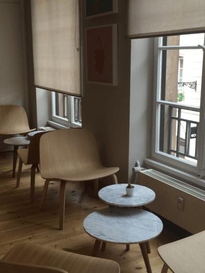 décoration de bar chaises en bois et table basse design