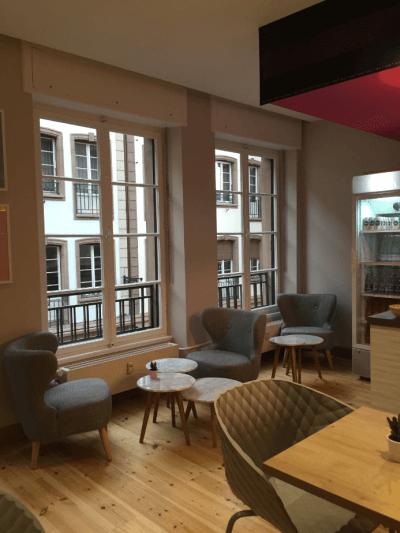 décoration de bar fauteuils bas et tables design