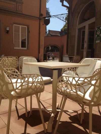 décoration terrasse de café chaises design